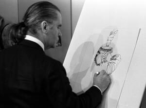 1987, Ντίσελντορφ. Ο Δυτικογερμανός σχεδιαστής μόδας, Κάρλ Λάγκερφελντ σχεδιάζει για τη μεγάλη κλωστοϋφαντουργία του Κλάους Στίλμαν.