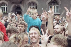 1989, Λειψία. Ένα αγόρι, στους ώμους του πατέρα του και άλλοι Ανατολικογμερανοί περιμένουν να ανοίξει ο δρόμος για τη Δύση, στη Λειψία.