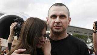 O Μακρόν χαιρετίζει την απελευθέρωση του Όλεγκ Σεντσόφ από τη Ρωσία