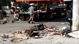 Ηλιούπολη: Βίντεο από τη στιγμή που ΙΧ «καρφώνεται» στους πάγκους της λαϊκής