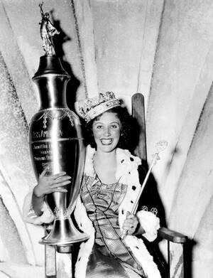 1935, Ατλάντικ Σίτι. Η Μις Πίτσμπουργκ, Ενριέτα Λίβερ, 19 ετών, είναι η νέα Μις Αμερική, καθώς κέρδισε τον τίτλο στα καλλιστεία που έγιναν στο Ατλάντικ Σίτι.