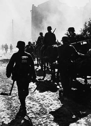 """1941, Σοβιετική Ένωση. Τα γερμανικά στρατεύματα φτάνουν στο Νοβγκορόντ, όπου έρχονται αντιμέτωπα με το απόλυτο χάος, αποτέλεσμα της τακτικής της """"καμμένης γης"""" που εφαρμόζουν οι Ρώσοι κατά την υποχώρησή τους."""