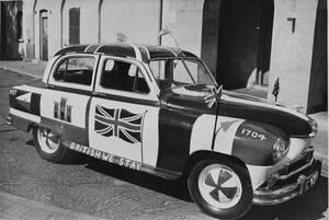 """1967, Γιβραλτάρ. Ένα ταξί στο Γιβραλτάρ """"φοράει"""" τη βρετανική σημαία στις πόρτες του, δείχνοντας τις προθέσεις του ιδιοκτήτη του αναφορικά με το δημοψήφισμα που θα γίνει σε λίγες μέρες και στο οποίο οι κάτοικοι της χερσονήσου καλούνται να αποφασίσουν αν θ"""
