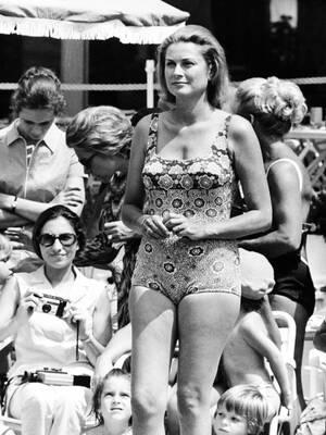 1972, Μόντε Κάρλο. Η πριγκίπισσα Γκρέις του Μονακο, με μαγιό σε αγώνες κολύμβησης που γίνονται για φιλανθρωπικό σκοπό στο πριγκιπάτο.