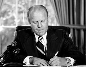 """1974, Ουάσινγκτον. Ο Πρόεδρος Τζέραλντ Φορντ υπογράφει ένα έγγραφο με το οποίο δίνει στον πρώην Πρόεδρο Ρίτσαρντ Νίξον """"πλήρη και απόλυτη χάρη"""" για όλες τις παραβάσεις εναντίον των Ηνωνμένων Πολιτειών κατά τη διάρκεια της θητείας του."""