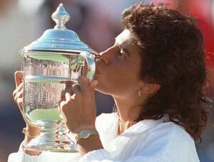 1996, Νέα Υόρκη. Η Αργεντινή τενίστρια Γκαμπριέλα Σαμπατίνι με το τρόπαιό της στο μονό γυναικών στο U.S. Open. Έχει μόλις νικήσει τη Στέφι Γκραφ και σκοπεύει να ανακοινώσει ότι αποσύρεται από τα κορτ, τελειώνοντας μια σπουδαία καριέρα.