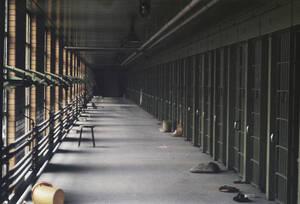 1971, Νέα Υόρκη. Η εξέγερση στις φυλακές υψίστης ασφαλείας Attica, στην πολιτεία της Νέας Υόρκης, αφήνει πίσω της 43 νεκρούς σε διάστημα τεσσάρων ημερών κατά τις οποίες κρατούμενοι έπασαν φύλακες και τους κράτησαν ως ομήρους.