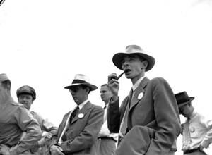 1945, Νιού Μέξικο. Στο πεδίο ατομικών δοκιμών, κοντά στο Αλμαγκόρντο του Νιού Μέξικο, ο δρ. Τζ. Ρόμπερτ Οπενχάιμερ, φυσικός στο Πανεπιστήμιο της Καλιφόρνια, εξετάζει το χώρο.