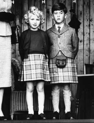 1955, Σκοτία. Η πριγκίπισσα Άννα και ο πρίγκιπας Κάρολος, ντυμένοι με κιλτ, στη Σκοτία.