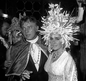 1967, Βενετία. Οι ηθοποιοί Ρίτσαρντ Μπάρτον και Ελίζαμπεθ Τέιλορ σε χορό μεταμφιεσμένων στη Βενετία.