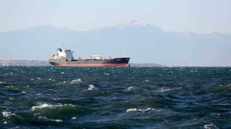 Ακυβέρνητο φορτηγό πλοίο νότια της Σύρου
