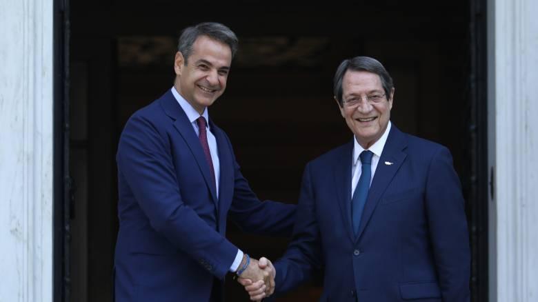 Μητσοτάκης σε Αναστασιάδη: Η παραβατική συμπεριφορά της Τουρκίας ανοιχτά της Κύπρου προκαλεί