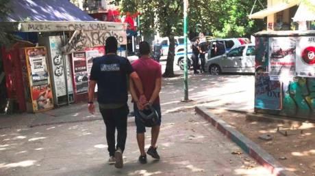 Ντοκουμέντο: Συλλαμβάνουν διακινητές ναρκωτικών στα Εξάρχεια (pics)