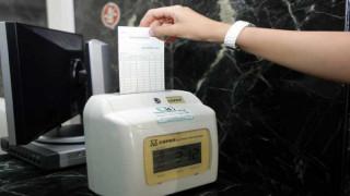 Τι αλλάζει στα εργασιακά: «Ασπίδα» στη μαύρη εργασία η ηλεκτρονική κάρτα