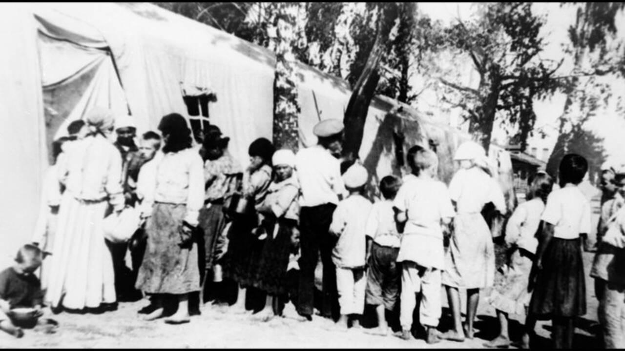 1921, Ρωσία. Παιδιά, θύματα του λιμού που μαστίζει τη Ρωσία μετά την επανάσταση, περιμένουν να πάρουν τρόφιμα έξω από μια εγκατάσταση αμεριικανικής βοήθειας, στα σύνορα με την Πολωνία.