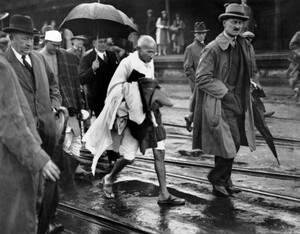 1931, Αγγλία. Ο Μαχάτμα Γκάντι φτάνει στο Φολκστον της Αγγλίας, καθ' οδόν για το Λονδίνο, όπου θα παρακολουθήσει το Συνέδριο για τη συνταγματική αναθεώρηση στην Ινδία.