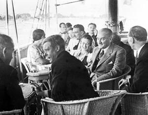 1936, Κωνσταντινούπολη. Ο βασιλιάς της Αγγλίας, Εδουάρδος ο 7ος και η Γουόλις Σίμσον, πάνω στο προεδρικό γιότ της Τουρκίας, με τον Πρόεδρο της χώρας, Κεμάλ Ατατούρκ. Ο Εδουάρδος και η Σίμσον βρίσκονται στην Τουρκία για ανεπίσημη επίσκεψη.