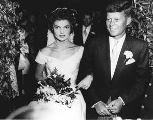 1953, Μασαχουσέτη. Ο Δημοκρατικός γερουσιαστής της Μασαχουσέτης Τζον Φ. Κένεντι και η Τζακλίν Λι Μπουβιέ φεύγουν από τον καθολικό ναό στο Νιούπορτ, όπου έγινε ο γάμος τους.