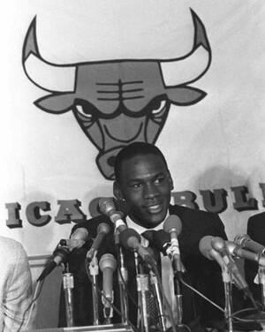 1984, Σικάγο. Ο Μάικλ Τζόρνταν μιλάει στους δημοσιογράφους, λίγο μετά την υπογραφή του επταετούς συμβολαίου του με την ομάδα των Bulls.