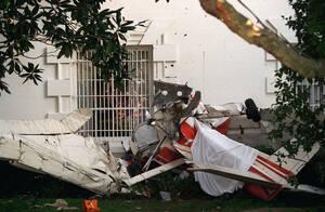 1994, Ουάσινγκτον. Τα συντρίμια ενός μικρού μονοκινητήριου αεροσκάφους στη νότια πλευρά του Λευκού Οίκου. Το αεροπλάνο παραβίασε την απαγορευμένη ζώνη γύρω από το Λευκό Οίκο και συνετρίβη. Ο πιλότος σκοτώθηκε κατά την πρόσκρουση.