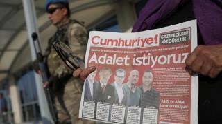 Τουρκία: Αποφυλακίζονται οι πέντε δημοσιογράφοι της Cumhuriyet που κατηγορήθηκαν για τρομοκρατία