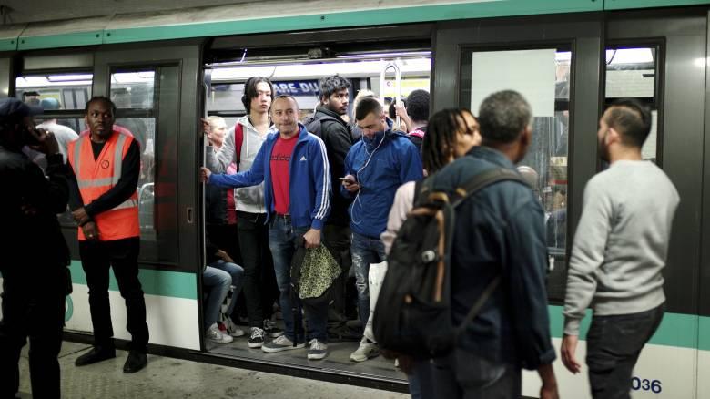 Χάος στο Παρίσι: Με απεργίες στις συγκοινωνίες αντιδρούν οι εργαζόμενοι στις μεταρρυθμίσεις Μακρόν