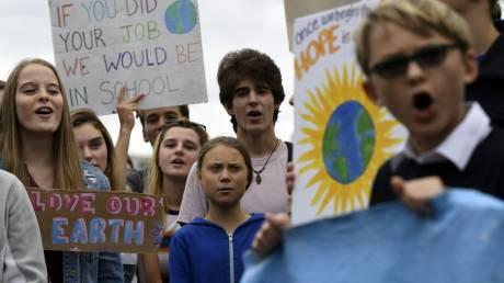 Η Γκρέτα Τούνμπεργκ και εκατοντάδες μαθητές διαδηλώνουν για το κλίμα έξω από τον Λευκό Οίκο