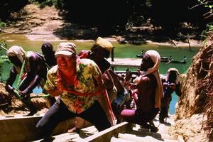«Η Ακτή του Κουνουπιού»: Ένα εξαιρετικά ενδιαφέρον στόρι, έναν επιστήμονα που «δραπετεύει» από τη ζούγκλα της μεγαλούπολης και τη βία της σύγχρονης ζωής, για να βρει καταφύγιο σε ένα παρθένο δάσος του Αμαζονίου, αλλά έχοντας τη στρεβλή ιδέα να αναπτύξει τ