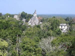 Βάση Yavin IV από τον πόλεμο των Άστρων. Η βάση των ανταρτών Μασάσι στο τέταρτο φεγγάρι του Yavin στην πρώτη ταινία Star Wars γυρίστηκε στα ερείπια του ναού των Μάγια στο Εθνικό Πάρκο Τικάλ της Γουατεμάλας. Ο σκηνοθέτης Τζορτζ Λούκας διάλεξε την τοποθεσί