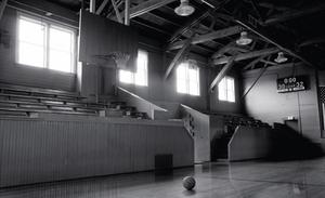 Το ιστορικό γυμναστήριο -  Hoosier. Δεν θα έπρεπε να είναι δύσκολο για τους παραγωγούς της ταινίας Hoosiers (Πάθος για το μπάσκετ) να βρουν ένα γυμναστήριο οπουδήποτε εκτός από τη μέση-του-πουθενά Ινδιάνα. Αλλά ήθελαν κάτι εντελώς αυθεντικό, το οποίο βρή
