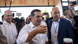 Στη ΔΕΘ ο Αλέξης Τσίπρας: Η μπύρα, η κόκκινη βούλα και η τρίωρη «βόλτα» στα περίπτερα