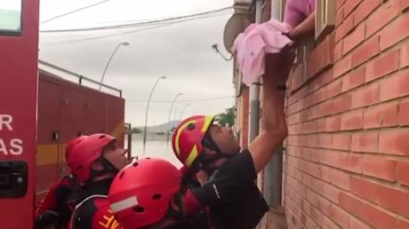 Δραματικές εικόνες στην Ισπανία: Πυροσβέστες έσωσαν βρέφος και τρία παιδιά από τις φονικές πλημμύρες