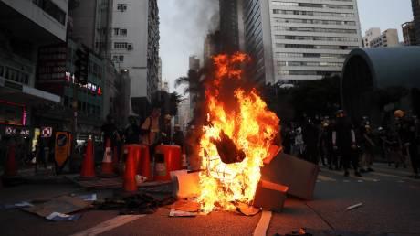 Δακρυγόνα, μολότοφ και τούβλα στο Χονγκ Κονγκ: Νέα επεισόδια μεταξύ αστυνομίας και διαδηλωτών