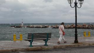 Καιρός: Λίγες νεφώσεις και ισχυροί ανέμοι στο Αιγαίο