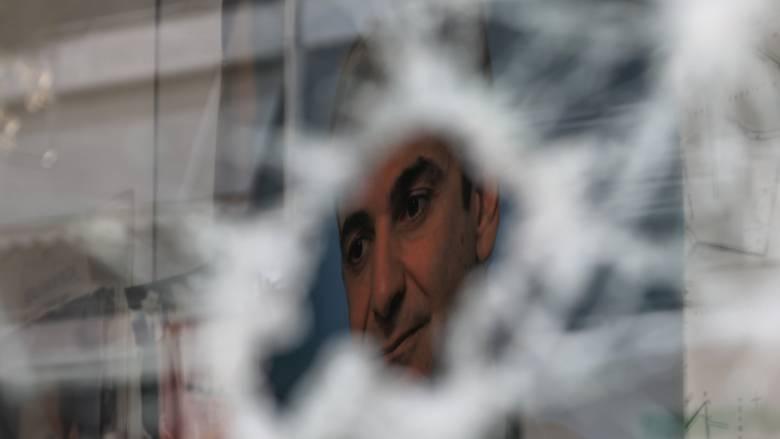 Μπαράζ επιθέσεων κουκουλοφόρων σε γραφεία της ΝΔ και υποκαταστήματα τραπεζών