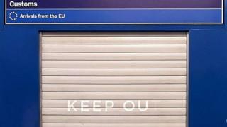 Ο Banksy «ξαναχτυπά»: Το νέο γκράφιτι κατά του Brexit μέσα στο Χίθροου
