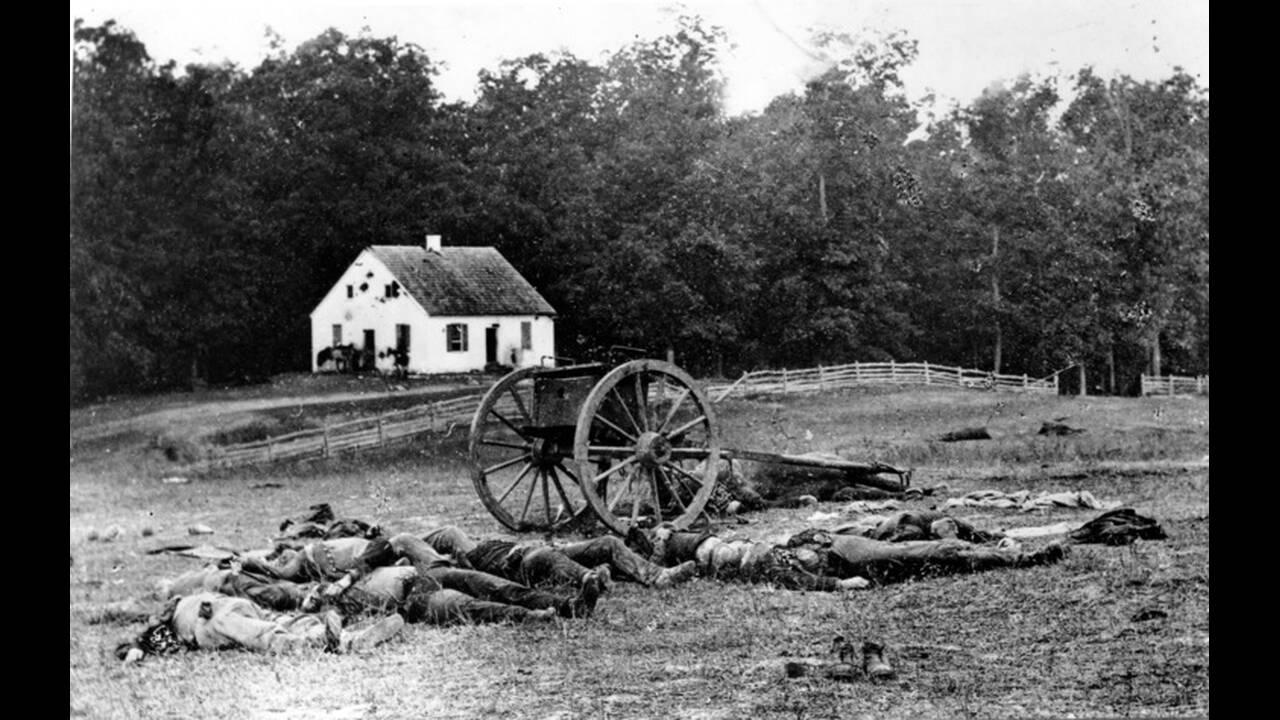 1862, Μέριλαντ. Πτώματα και κατεστραμένα κανόνια στο πεδίο της μάχης του Αντίεταμ, της πιο αιματηρής μάχης του αμερικανικού εμφυλίου πολέμου, κοντά στο Σάρπσμπουργκ του Μέριλαντ. Οι νεκροί  από τις δύο πλευρές ήταν περίπου 23.000.