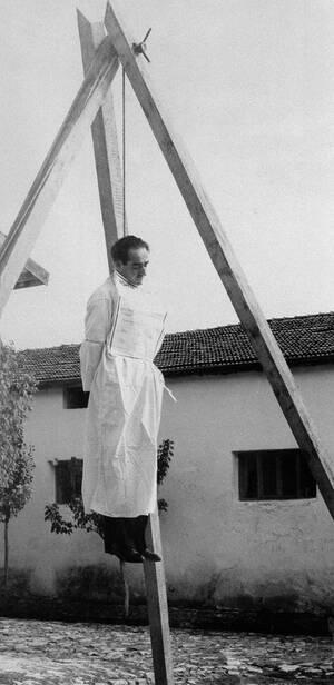 1961, Τουρκία. Ο πρώην πρωθυπουργός της Τουρκίας, Αντάν Μεντερές κρεμάστηκε για εγκλήματα κατά του τουρκικού συντάγματος, τα οποία διαπράχθηκαν κατά τη διάρκεια της δεκαετούς διακυβέρνησής του. Η εκτέλεση του 62χρονου Μεντερές καθυστέρησε, καθώς πήρε υπ