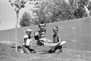 1962, Καλιφόρνια. Ο Έντουιν και ο Φρέντερικ, γιοι του αστροναύτη Φρανκ Μπόρμαν, παίζουν με μοντέλα αεροσκαφών στην πίσω αυλή του σπιτιού των Μπόρμαν στη βάση Έντουαρντς στην Καλιφόρνια. Πίσω από αυτούς είναι η σύζυγος του αστροναύτη, Σούζαν. Ο Μπόρμαν είν