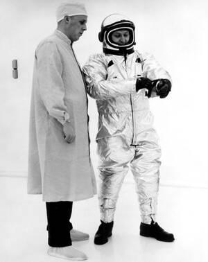 1963. Η στολή των αστροναυτών για τη διαστημική αποστολή Apollo I.