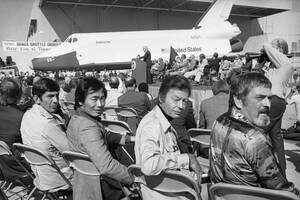 """1976, Καλιφόρνια. Το διαστημικό λεωφορείο, πίσω, στην πρώτη εμφάνισή του στο Παλμπντέιλ της Καλιφόρνια. Στο προσκήνιο βρίσκεται το """"πλήρωμα"""" της τηλεοπτικής σειράς Star Trek, του οποίου το αστρόπλοιο ονομαζόταν επίσης Enterprise. Από αριστερά είναι ο Λέον"""