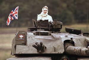 1986, Γερμανία. Η πρωθυπουργός της Βρετανίας, Μάργκαρετ Θάτσερ στέκεται πάνω σε ένα βρετανικό τεθωρακισμένο, κατά τη διάρκεια επίσκεψής της στις βρετανικές δυνάμεις στο Fallingbostel, περίπου 120 χλμ. Νότια του Αμβούργου.