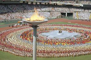 1988, Σεούλ. Η Ολυμπιακή φλόγα πάνω από το Ολυμπιακό Στάδιο της Σεούλ, κατά τη διάρκεια της τελετής έναρξης των θερινών Ολυμπιακών Αγώνων.