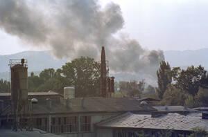 1992, Σαράγιεβο. Πυκνός καπνός σκεπάζει το Σαράγιεβο, όπως φαίνεται από το αρχηγείο των δυνάμεων των Ηνωμένων Εθνών. Η πόλη υπήρξε το επίκεντρο έντονων συγκρούσεων τις προηγουμενες δύο μέρες ανάμεσα σε Βοσνιακές και Σερβικές δυνάμεις.