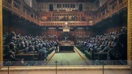Banksy: Ο εμβληματικός πίνακας με το «Κοινοβούλιο-μαϊμού» δημοπρατείται εν μέσω του χάους του Brexit