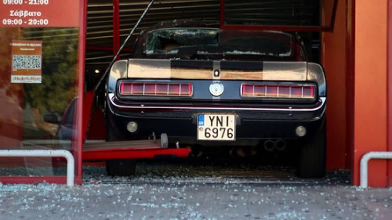 Θρασύτατη ληστεία στην Πέτρου Ράλλη: Εισέβαλαν σε κατάστημα με… αυτοκίνητο