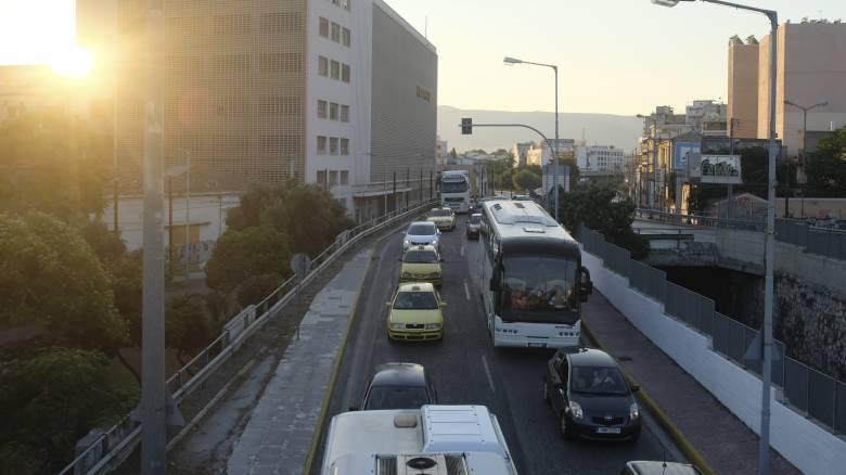 «Χάος» στους δρόμους της Αθήνας – Πού εντοπίζονται τα μεγαλύτερα προβλήματα