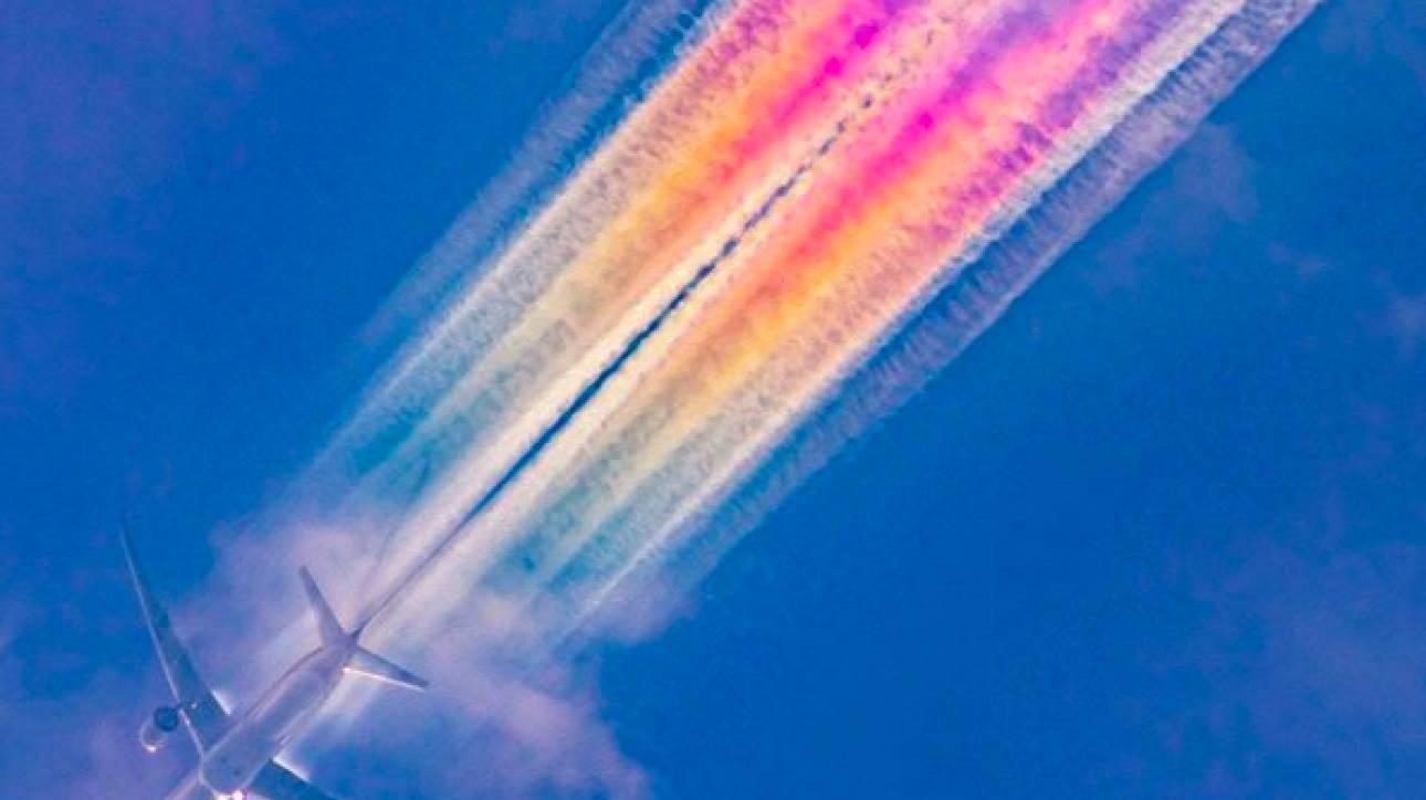 Γιατί μερικά αεροπλάνα αφήνουν πίσω τους πολύχρωμες «ουρές»; - Ένα σπάνιο και εντυπωσιακό θέαμα