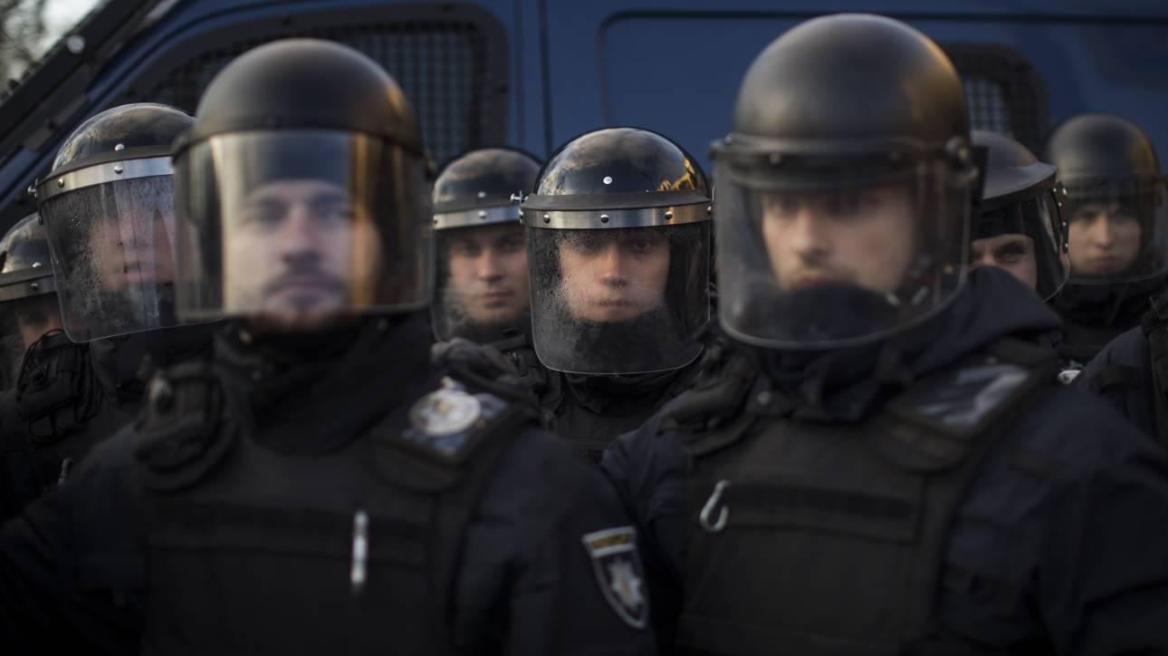 Συναγερμός στην Ουκρανία: Οπλισμένος άνδρας απειλεί να ανατινάξει γέφυρα