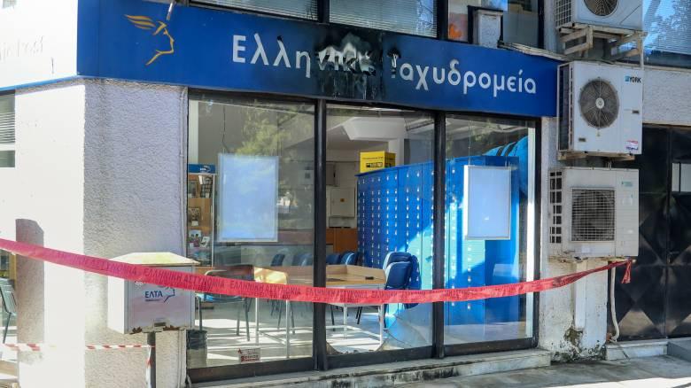 Εμπρηστική επίθεση σε υποκατάστημα των ΕΛΤΑ στην Πεύκη